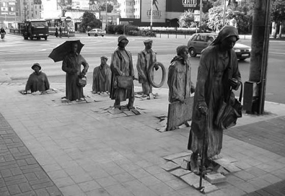 Памятник Идущие, находящийся в Польше