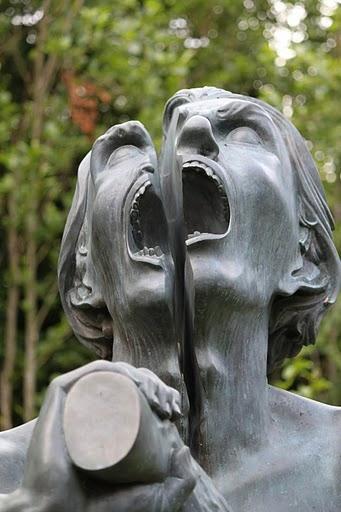 Скульптура The Split Man в парке Victoria's Way, находящемся в Ирландии