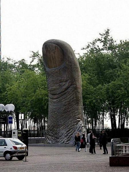 Скульптура-палец в Париже