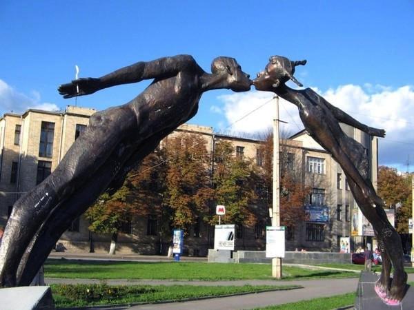 Статуя влюбленных в Харькове