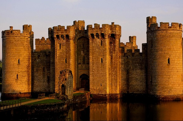 Замок Бодиам в Великобритании