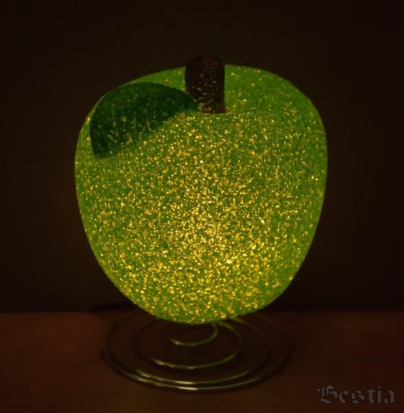 Светящееся в темноте зеленое яблоко