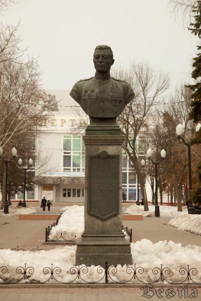 Памятник Петрову