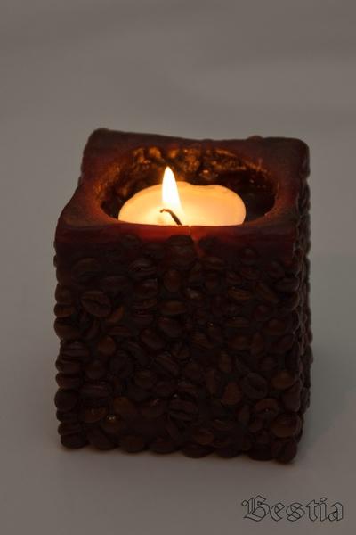 Посвечник из кофе с заженной свечей