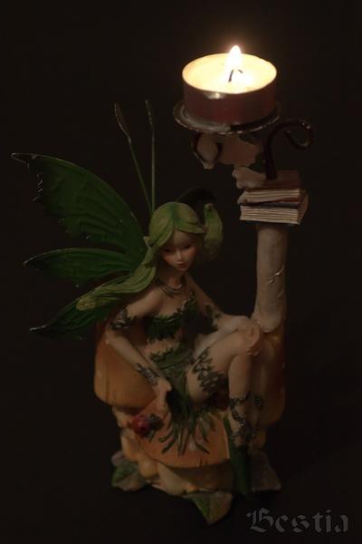 Подсвечник лесная фея в темноте с зажженной свечой