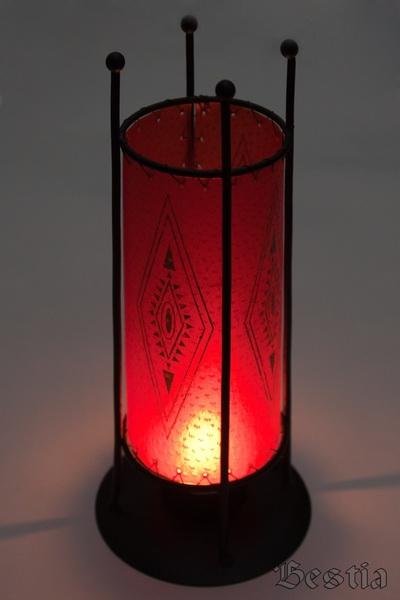 Подсвечник красный с зажженой свечой