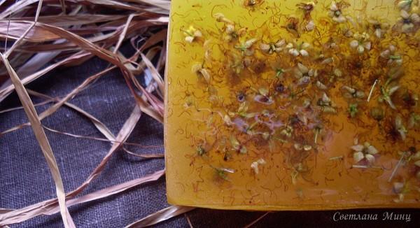 Фотография мыла в виде мёда с цветами