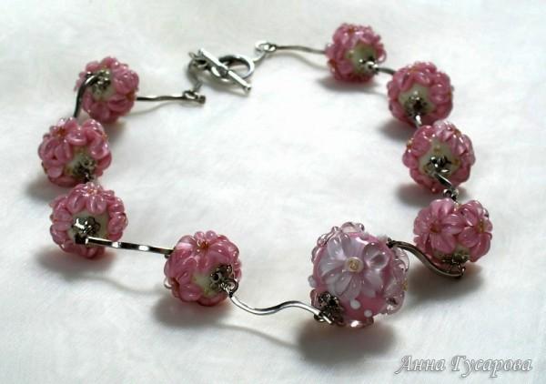 Бусины с розовыми цветами