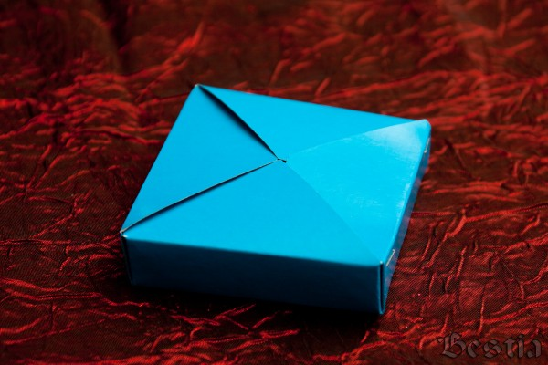 Коробочка из голубого картона