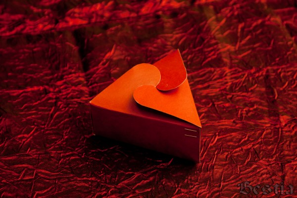 Коробочка из оранжевого картона