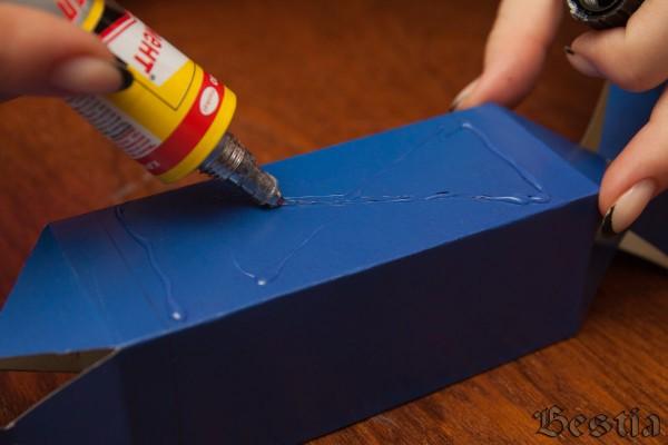 Проклеивание поверхности коробки