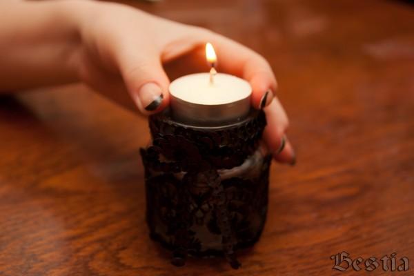 Опускание свечи в баночку