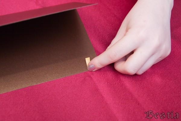 Приклеивание скотча с внутренней стороны открытки