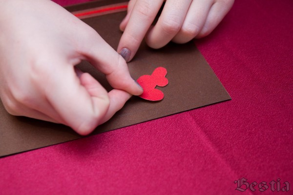 Наклеивание сердечек на открытку
