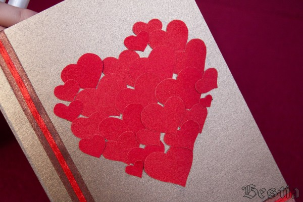 Сердце выложенное из бархатных сердечек