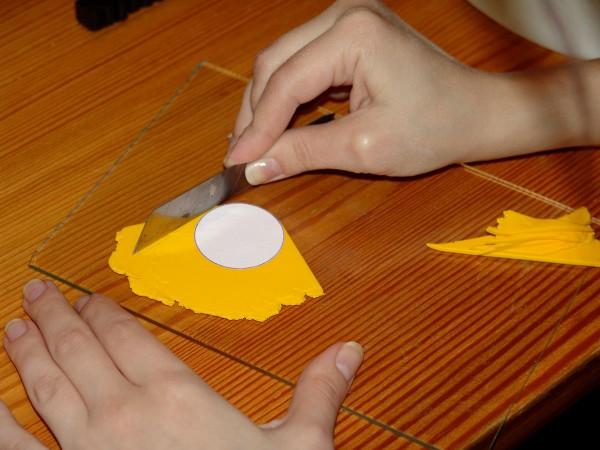 Вырезание кружочков из полимерной глины