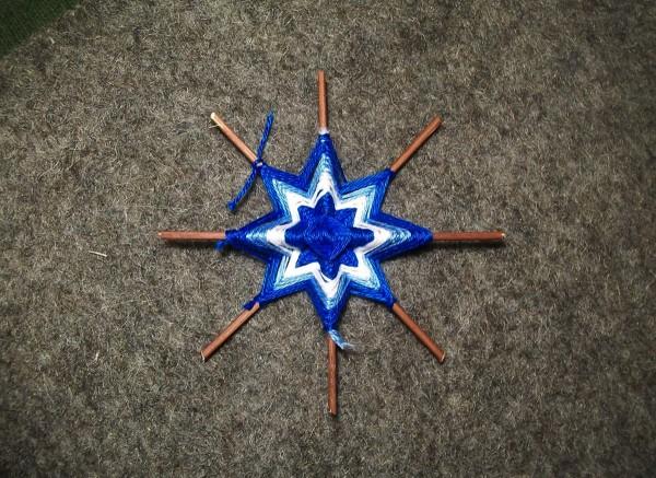 Плетение синей нитью