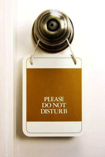 Обязательно вешайте на дверь табличку