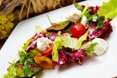 Салат из овощей с мягким сыром