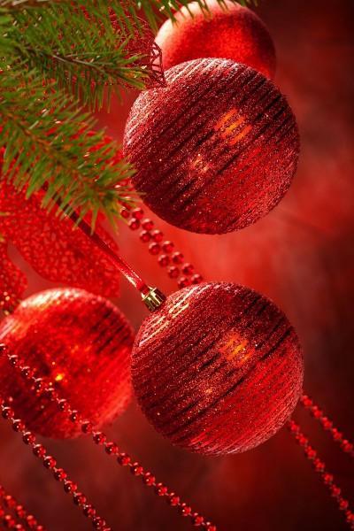 Красные елочные шары
