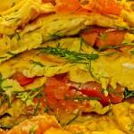 Омлет с сосисками, помидорами, сыром и зеленью
