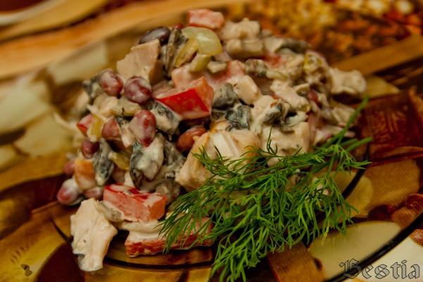 Салат в фасолью и копченой курицей